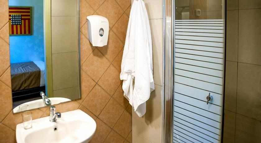 מקלחת מלון ארט גלרי חיפה