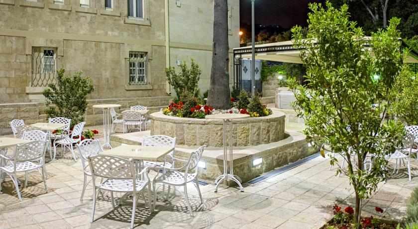 חצר מלון קולוני חיפה