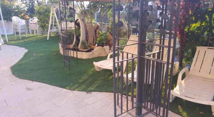 חצר מלון מרום חיפה