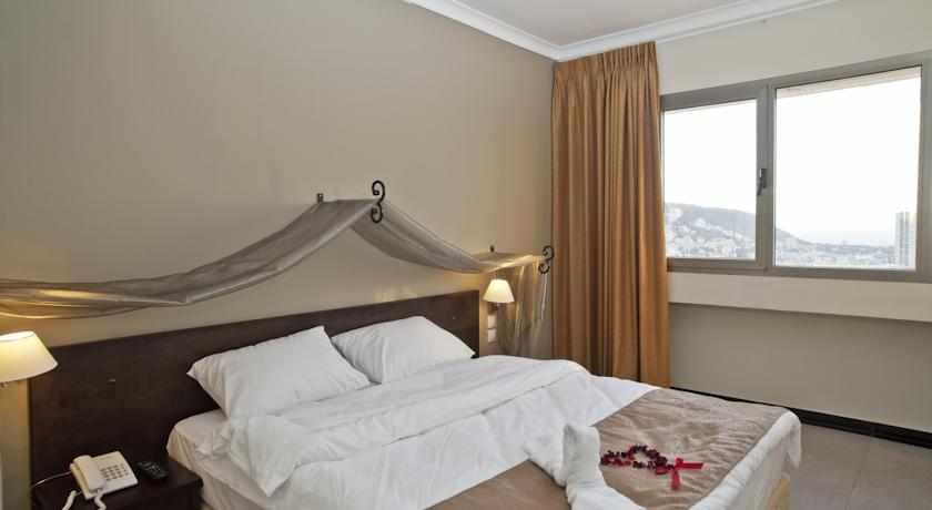 מיטה זוגית מלון תיאודור בחיפה